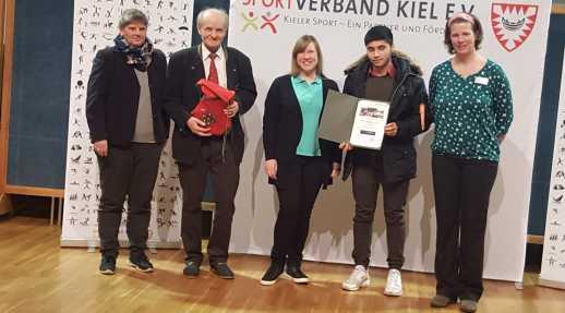 Foto: Vom Wiker SV nahmen 3 Personen teil. Die 2. Vorsitzende Nathalie Steinhardt (Bildmitte), A-Jugendtrainer Walter Teupe (2. von links) sowie Mojib Azami (2. von rechts), der im Mai 2015 zum Wiker SV kam. Mittlerweile spielt auch sein kleiner Bruder Sh
